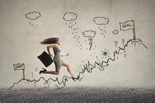 Femme d'affaires courir sur une piste de tirage au sort