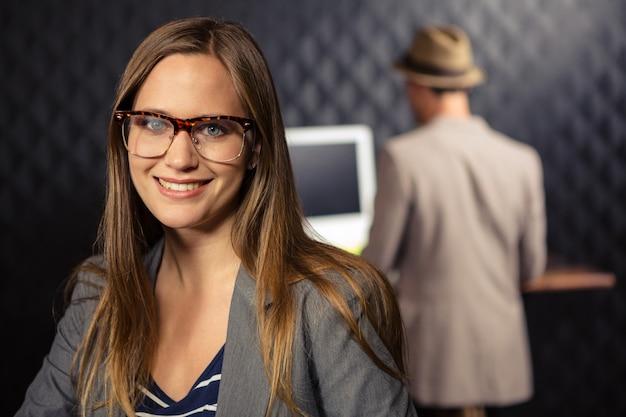 Femme d'affaires créative souriant à la caméra
