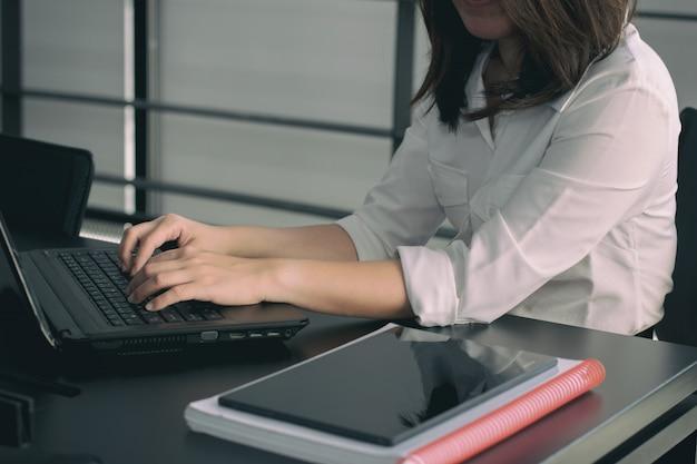 Femme affaires, dactylographie, sur, clavier ordinateur portable