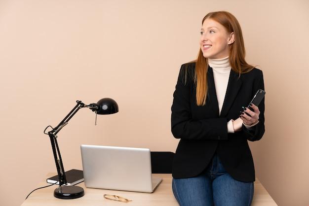 Femme affaires, dans, a, bureau, rire