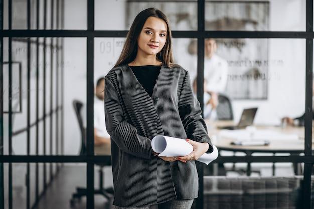 Femme d'affaires dans un bureau