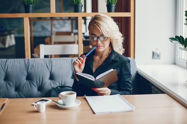 Femme d'affaires dans un caffe