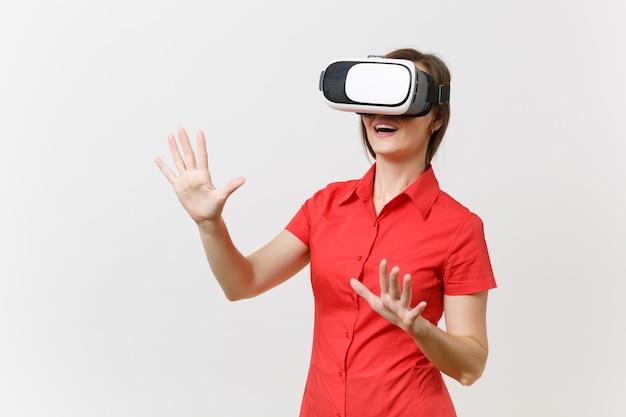 Une femme d'affaires dans un casque de réalité virtuelle sur la tête touche quelque chose comme appuyer sur le bouton ou pointer sur un écran virtuel flottant isolé sur fond blanc. avenir de l'éducation dans le concept de lycée.
