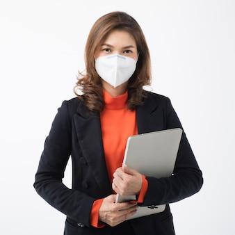 Femme affaires, dans, complet, usure, tenue, a, ordinateur, et, utilisation, a, masque, protège, contre, coronavirus