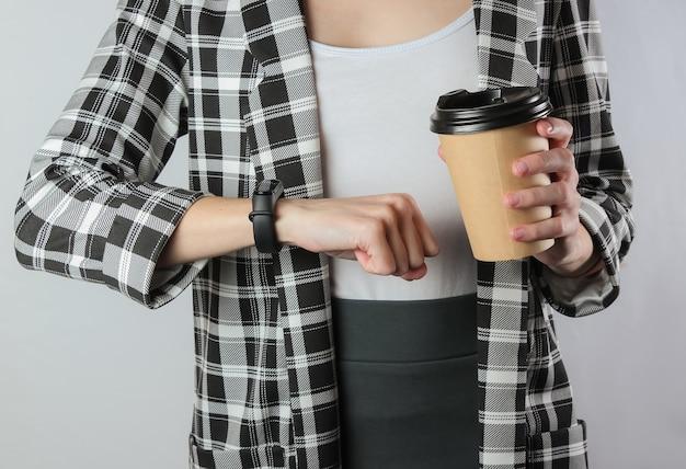Femme affaires, dans, habillement formel, à, café