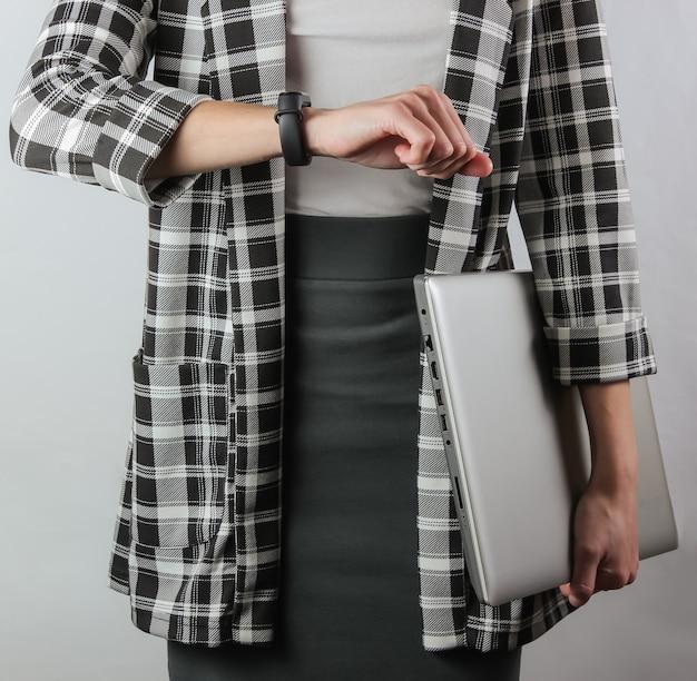 Femme affaires, dans, habillement formel, à, ordinateur portable