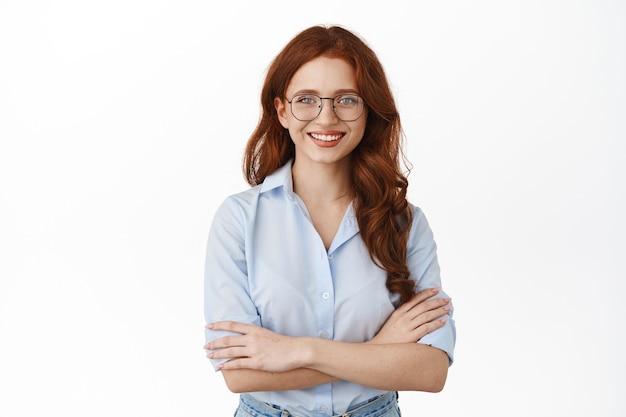 Femme affaires, dans, lunettes, poser, blanc