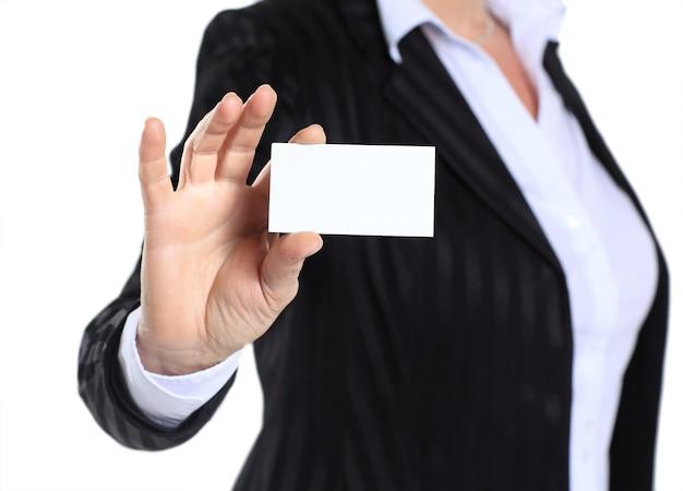 Femme d'affaires dans la quarantaine tenant une carte de visite