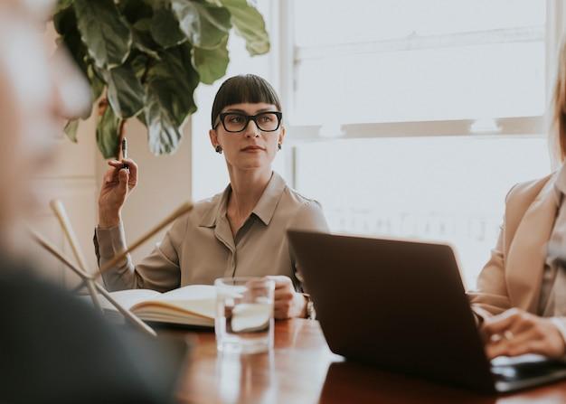 Femme d'affaires dans une réunion de bureau