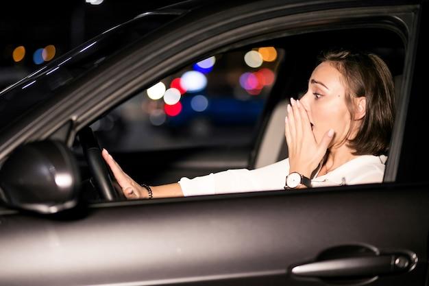 Femme d'affaires dans la voiture