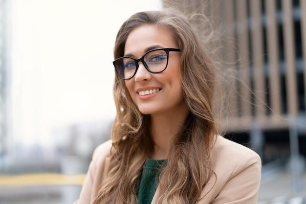 Femme d'affaires debout près d'un garage de stationnement intérieur caucasian female middle age woman in glasses outdoors business person
