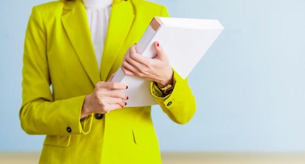 Femme affaires, debout, quoique, tenue, livre