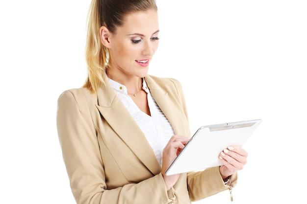 Femme affaires, debout, à, tablette, sur, fond blanc