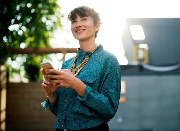 Femme affaires, debout, utilisation, téléphone portable