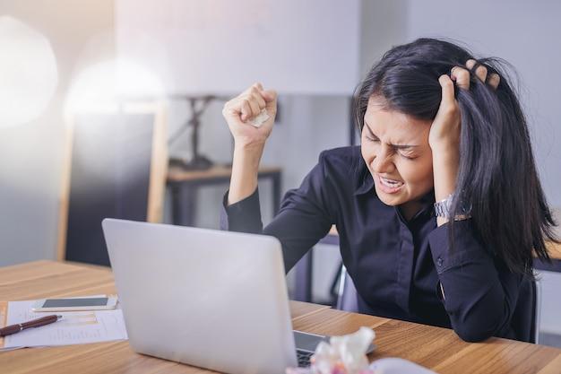 Femme d'affaires déçue d'une erreur dans sa situation professionnelle
