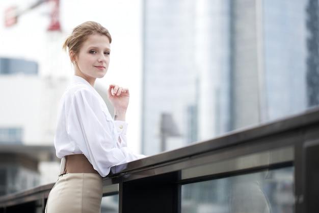 Femme affaires, dehors, bâtiment bureau