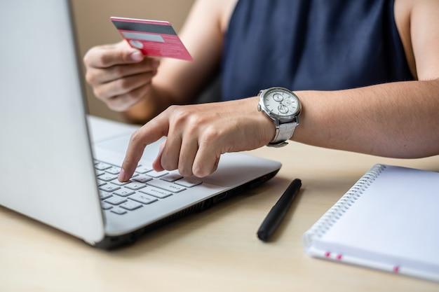 Femme d'affaires détenant une carte de crédit pour faire des achats en ligne