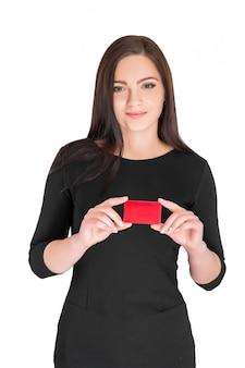 Femme d'affaires détenant la carte de crédit