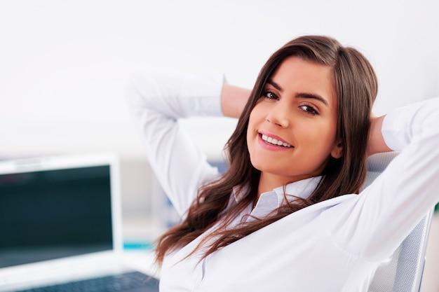 Femme d'affaires détendue