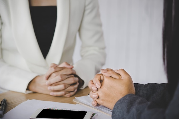 Femme d'affaires deux parlant dans une salle de réunion