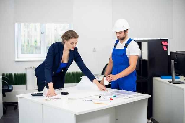 Une femme d'affaires discutant du projet de construction avec son entrepreneur