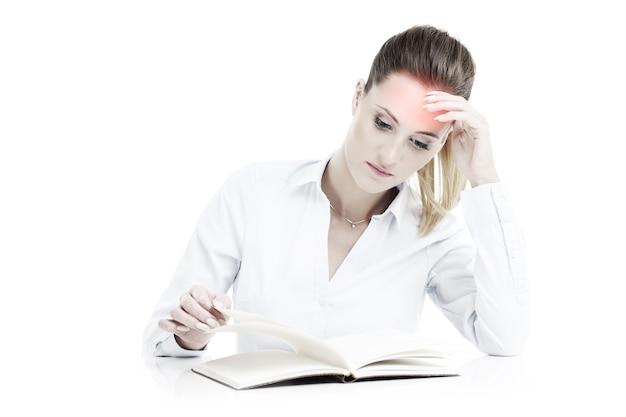 Femme d'affaires avec des documents ayant des maux de tête sur fond blanc
