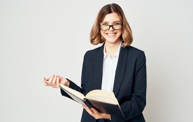 Femme affaires, à, documents, sur, a, fond clair, portrait, costume, finance