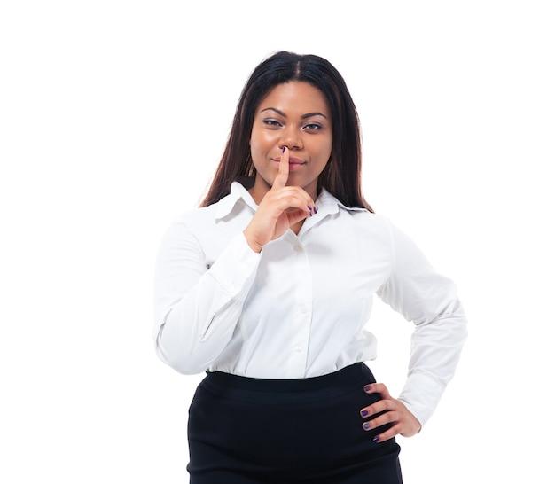Femme d'affaires avec le doigt sur les lèvres