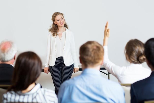 Femme d'affaires donnant une conférence