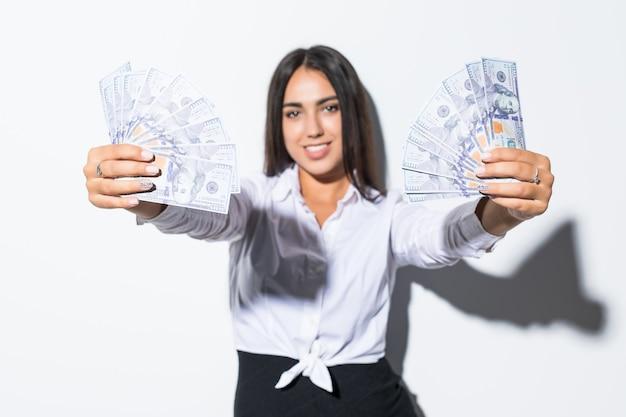 Femme d'affaires donnant des dollars en argent comptant dans les mains de les transmettre au client. le concept du temps, c'est de l'argent. isolé, espace pour le texte