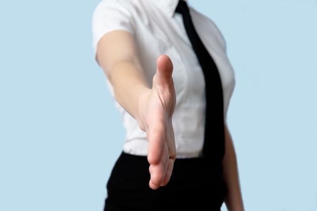 Femme d'affaires donnant la main à la poignée de main