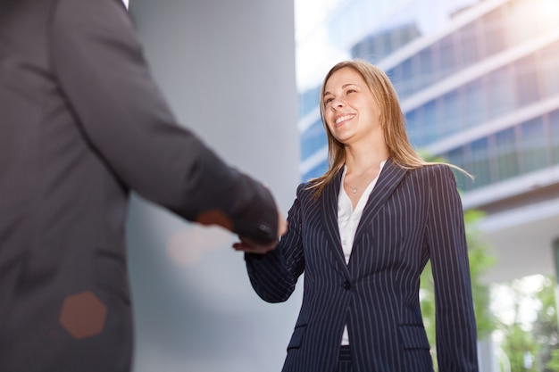 Femme d'affaires donnant une poignée de main