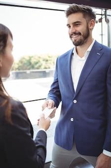 Femme affaires, donner, carte visite, à, homme affaires