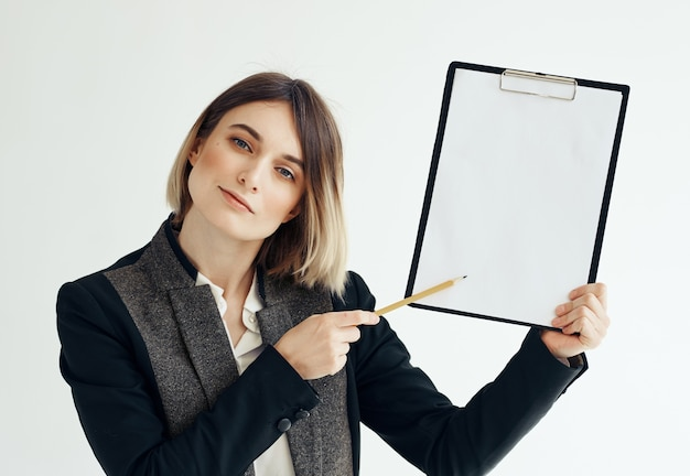 Femme d'affaires avec dossier en studio espace copie main