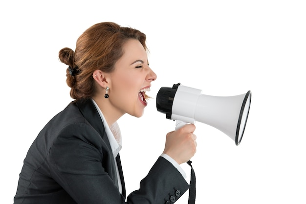 Femme d'affaires drôle criant avec un mégaphone. portrait de profil