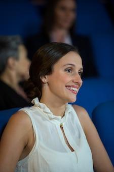 Femme d'affaires à l'écoute du discours au centre de conférence