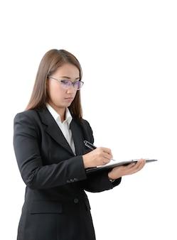 Femme d'affaires écrire sur le presse-papiers