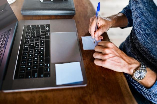 Femme d'affaires écrivant des idées sur une note