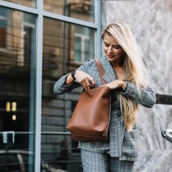 Femme d'affaires élégant dans l'environnement de la ville