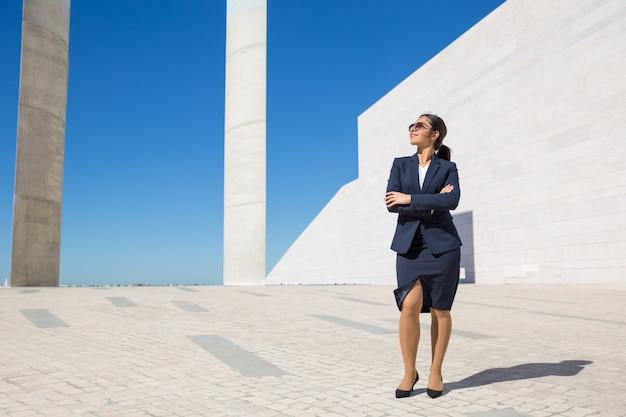 Femme d'affaires élégant réussie posant à l'extérieur