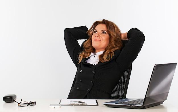 Femme d'affaires élégante au bureau