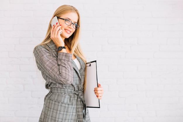 Femme d'affaires élégante faisant un appel téléphonique
