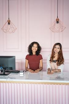 Femme d'affaires entrepreneur dans sa boutique debout derrière le comptoir