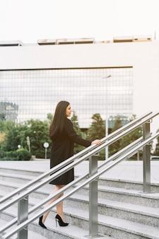 Femme d'affaires escalier d'escalade