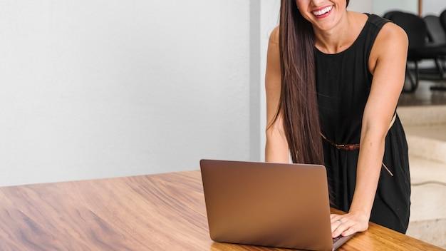 Femme d'affaires avec espace de copie