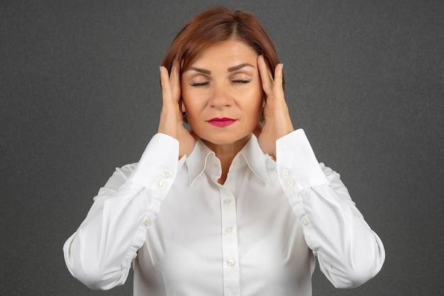 La femme d'affaires est fatiguée et inquiète des émotions. stress et maux de tête. chocs de travail.