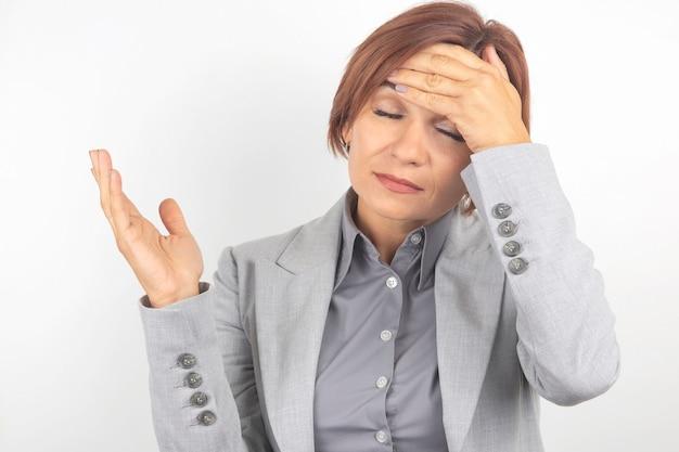 La femme d'affaires est fatiguée et inquiète des émotions.