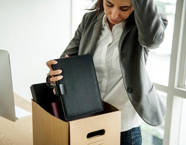 Une femme d'affaires a été licenciée sans emploi, stressée
