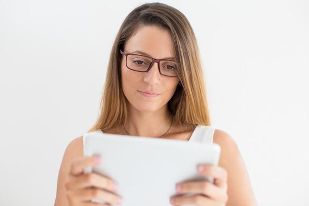 Femme d'affaires ou étudiant sérieux utilisant un pavé tactile