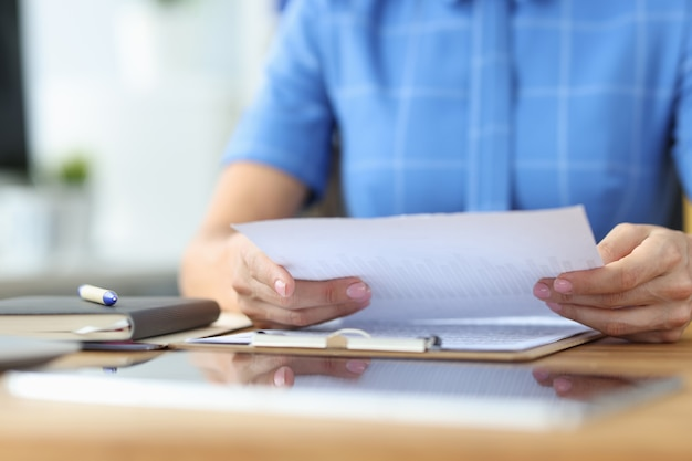 Une femme d'affaires examine les documents financiers avec le concept d'analyse commerciale des rapports commerciaux
